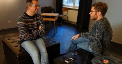Paul Jonczyk and Franz Brandmeier sit opposite each other and talk.